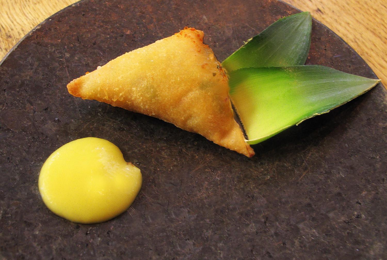 Szamosza kecskesajttal, ananászcsatnival