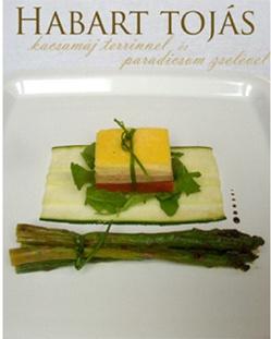 Habart tojás kacsamáj terrinnel és paradicsomos zselével lerakva, zöldspárga-cukkini ágyon