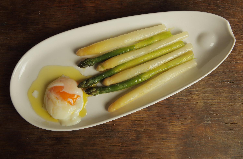 Spárga lágy tojással vagy harisszás joghurttal