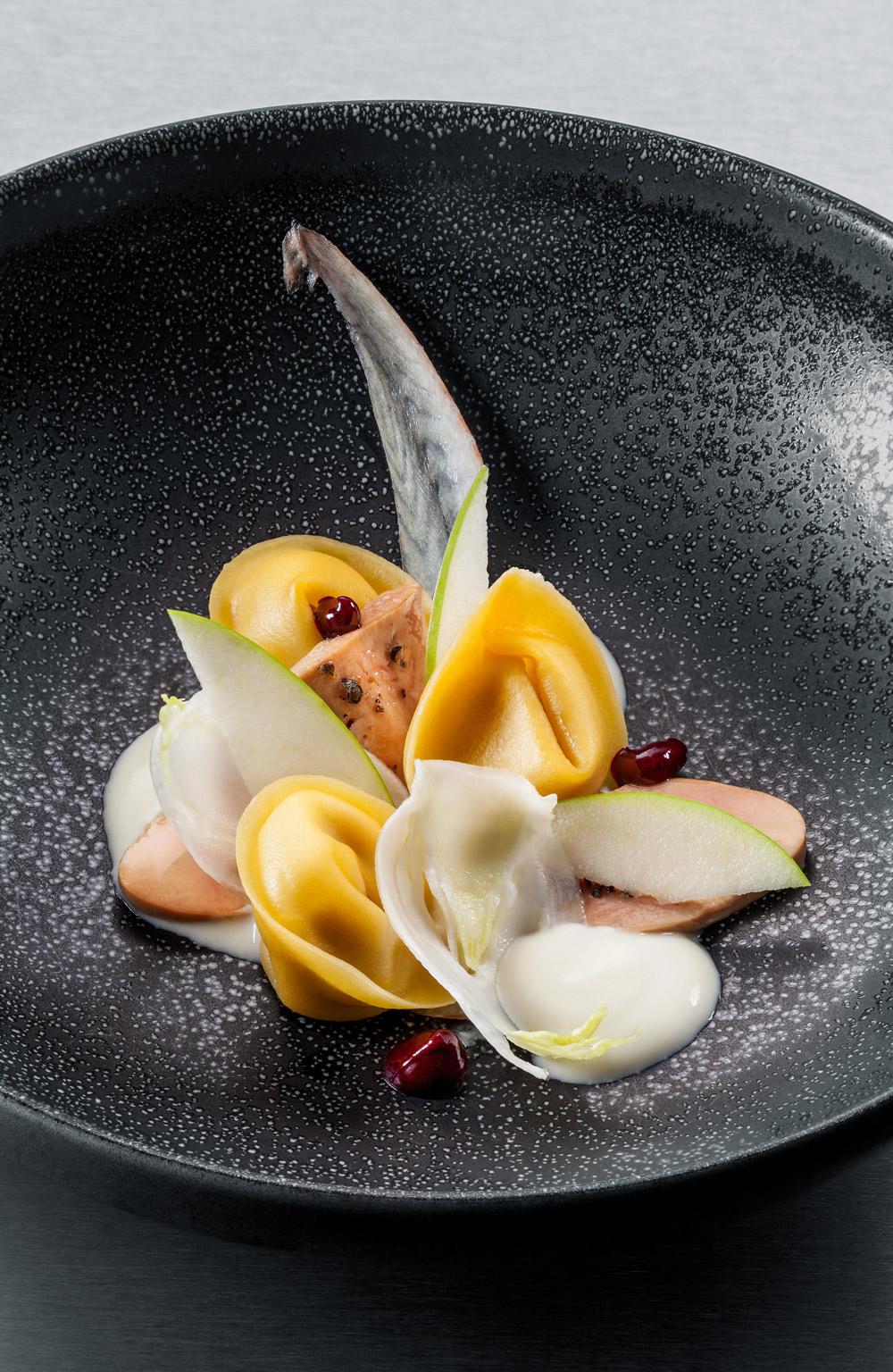 Ravioli füstölt angolnapürével töltve, libamájjal, fermentált túróval